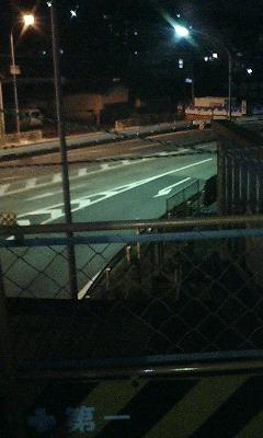 歩道橋半分、夜